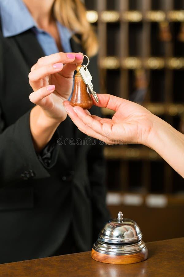 Recepção - convidado que verifica em um hotel fotos de stock