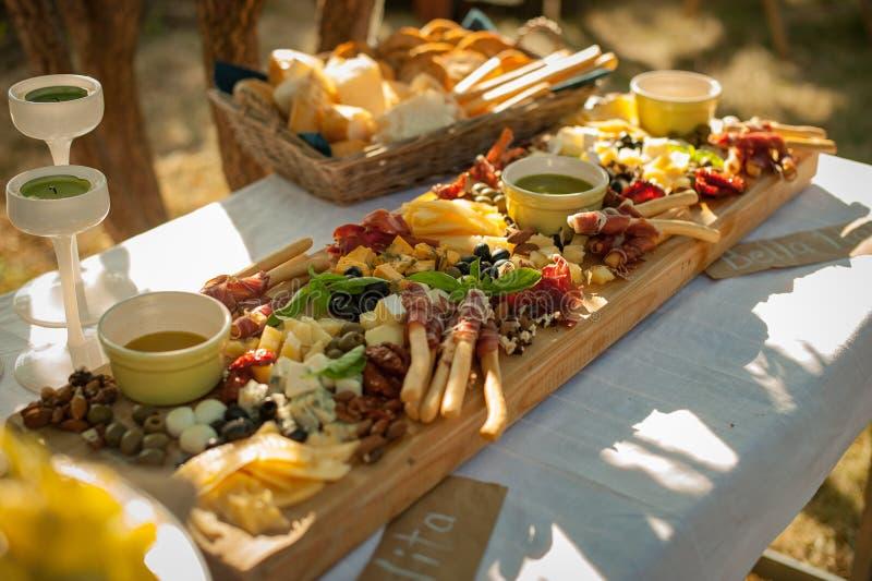recep??o Placa com petiscos Vários queijos, jamon, grissini imagem de stock