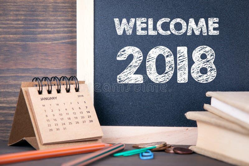Recepción 2018 calendario y pizarra de papel en una tabla de madera foto de archivo