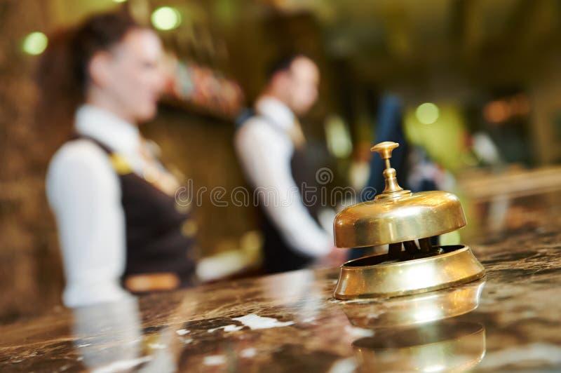 Recepción del hotel con la campana fotografía de archivo