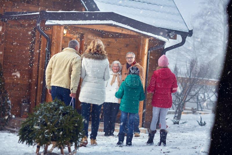 Recepción en Navidad - familia, días de fiesta, estación y concepto de la gente imagen de archivo libre de regalías