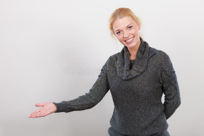 Recepción feliz de la mujer, mostrando el copyspace con la mano imagenes de archivo