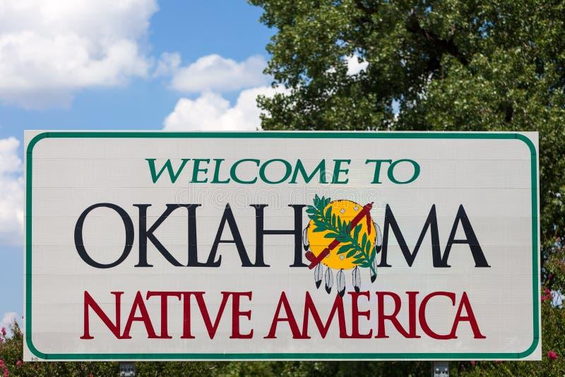 Recepción a la muestra de Oklahoma con el cielo azul y a los árboles en el fondo fotos de archivo