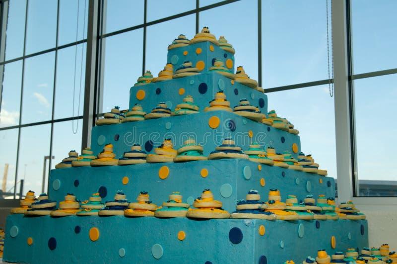 Recepción nupcial interior hermosa de la torta de boda foto de archivo libre de regalías