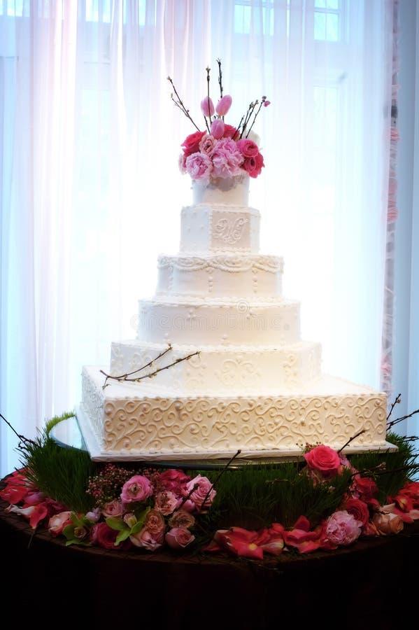 Recepción nupcial interior hermosa de la torta de boda fotos de archivo