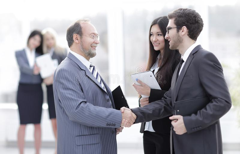 Recepción y apretón de manos de hombres de negocios en la oficina foto de archivo libre de regalías