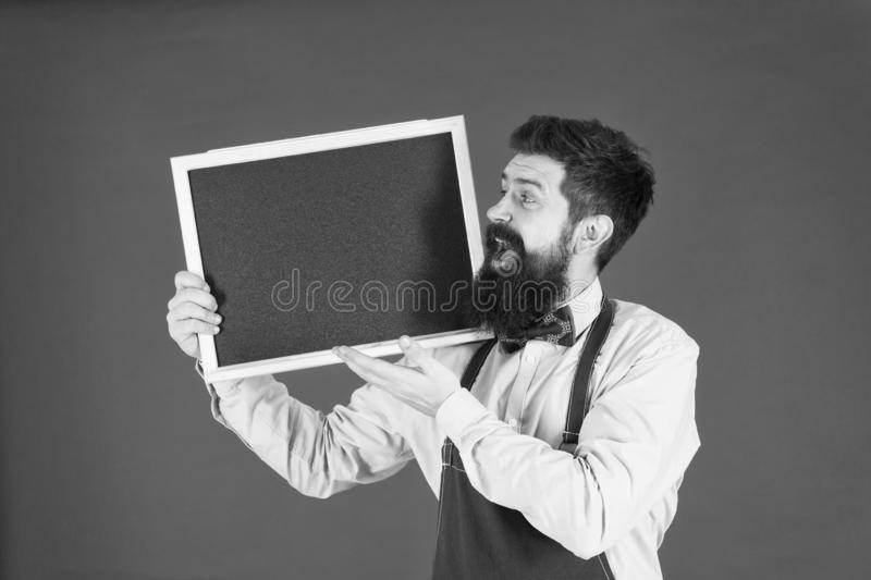 Recepci?n a bordo Tarjeta del men? cocinero feliz del hombre con la pizarra, espacio de la copia Bienvenido Publicidad del restau imagen de archivo libre de regalías