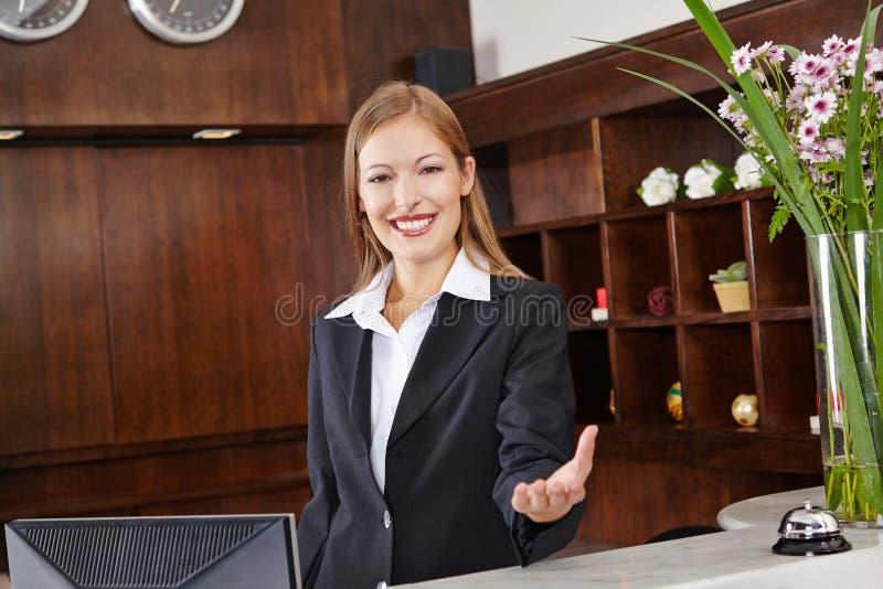 Recepcionista atrás da mesa no hotel fotos de stock