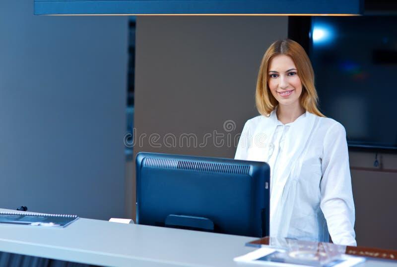 Recepcionista atrativo da mulher fotografia de stock royalty free