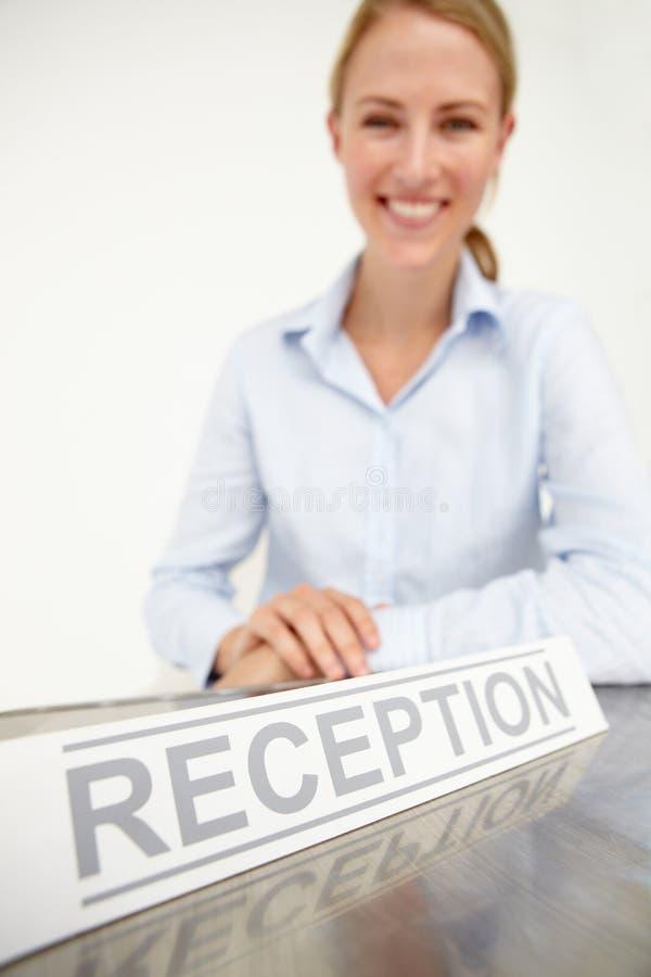 Recepcionista de sexo femenino foto de archivo libre de regalías