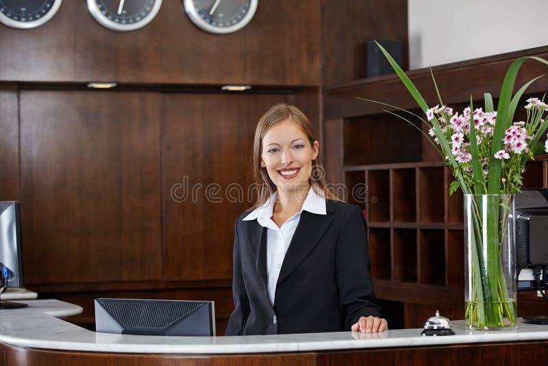 Recepcionista de sexo femenino feliz en el hotel imagen de archivo libre de regalías