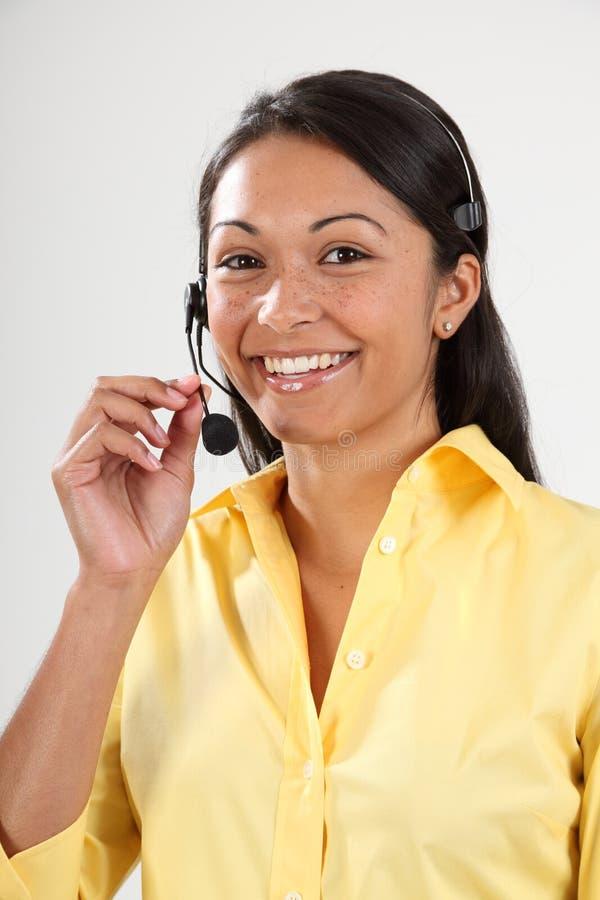 Recepcionista de sexo femenino sonriente del buen servicio de atención al cliente fotografía de archivo