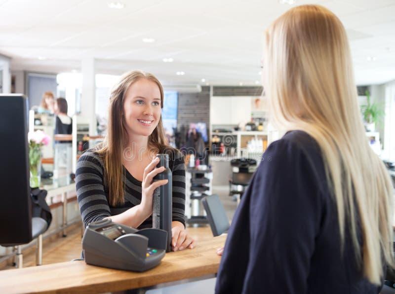 Recepcionista e cliente no salão de beleza imagem de stock royalty free