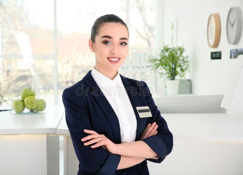 Recepcionista fêmea no local de trabalho fotos de stock