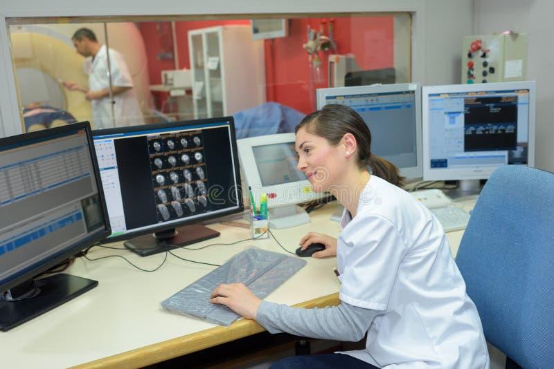 Recepcionista fêmea que trabalha no hospital fotografia de stock royalty free