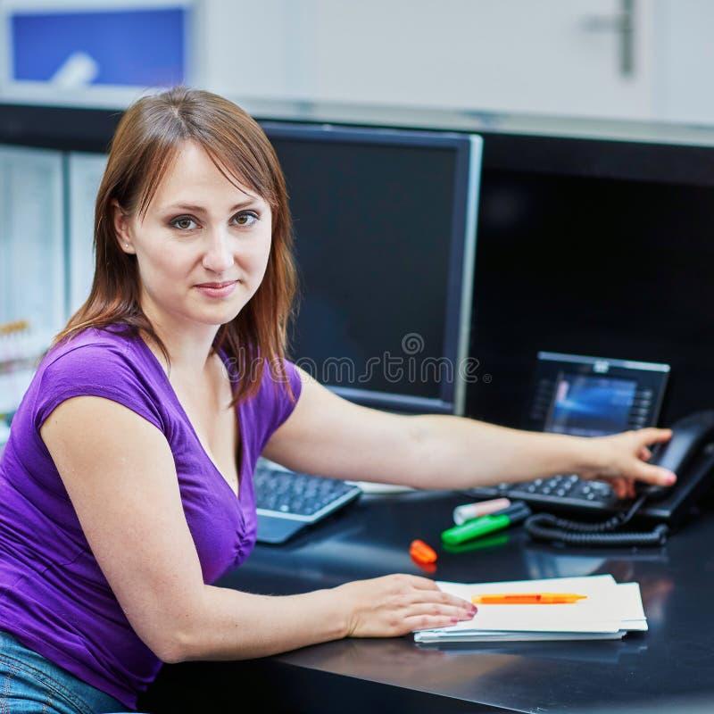 Download Recepcionista Novo Bonito No Trabalho Foto de Stock - Imagem de cliente, telefone: 65576042