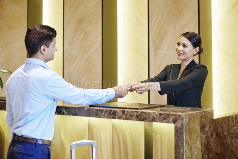 Recepcionista y hombre de negocios en el hotel imagen de archivo libre de regalías