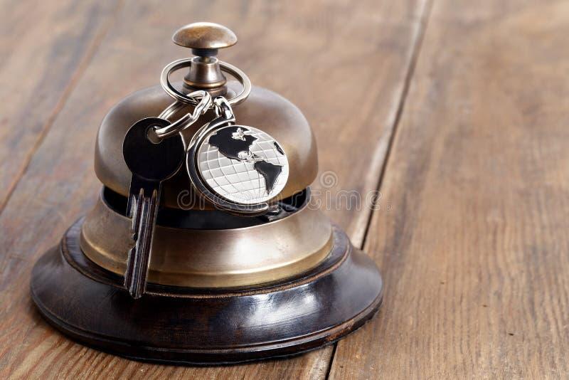Recepcyjny dzwonu i hotelu klucz obraz royalty free