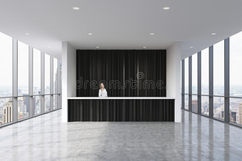 Recepcyjny teren w nowożytnym jaskrawym czystym biurze z pięknym recepcjonistą w formalnym odziewa Ogromni panoramiczni okno z No fotografia royalty free