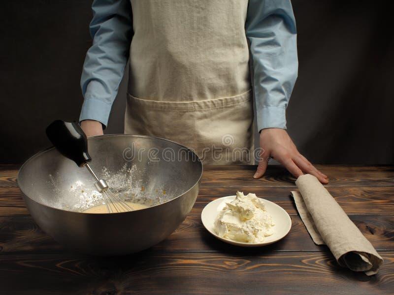 Recept av att laga mat av tiramisuen, deltredjedel: 'Att blanda äggvikt med mascarpone ', royaltyfria bilder