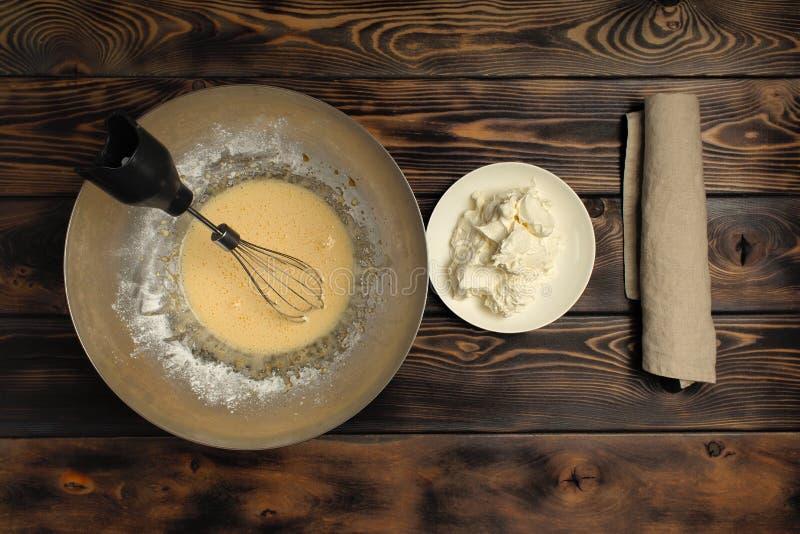 Recept av att laga mat av tiramisuen, deltredjedel: 'Att blanda äggvikt med mascarpone ', arkivbilder