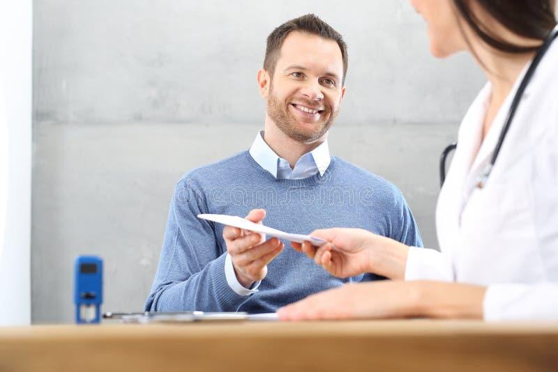 Recept för mediciner, en patient på kontoret för doktors` s arkivbilder