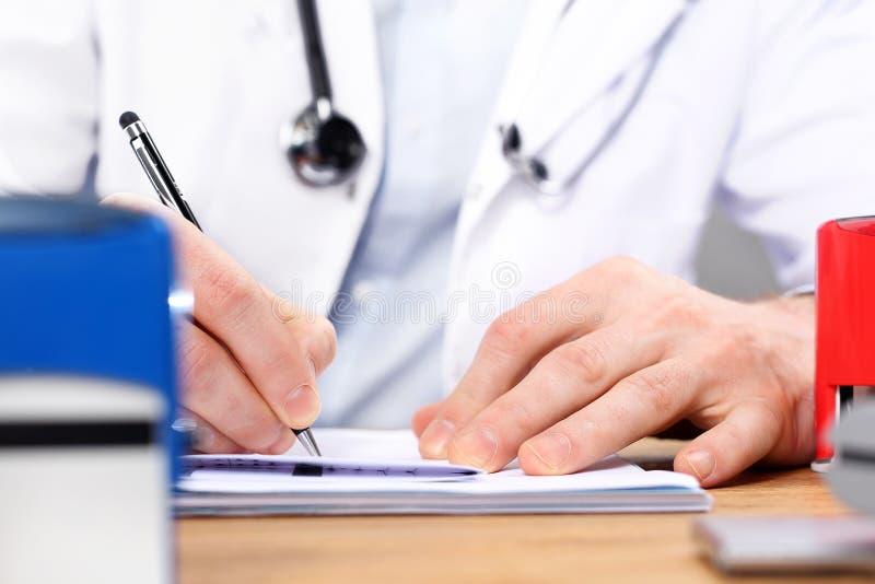 Recept för mediciner, en patient på kontoret för doktors` s fotografering för bildbyråer