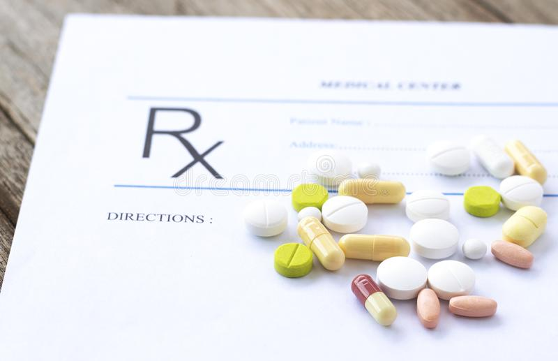 Recept medycyny na biurku i forma obraz stock