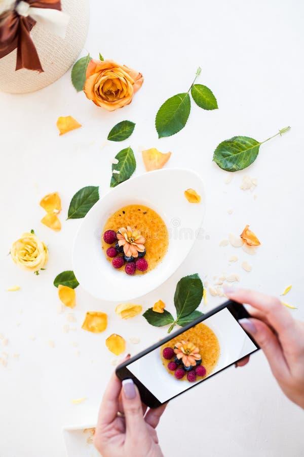 Recept van het ontbijtsmartphone van ochtend het smakelijke granola royalty-vrije stock afbeeldingen