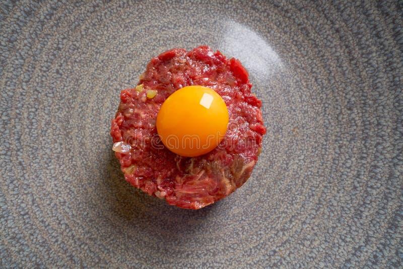 Recept van het tartaar het ruwe vlees met eierdooier stock foto's