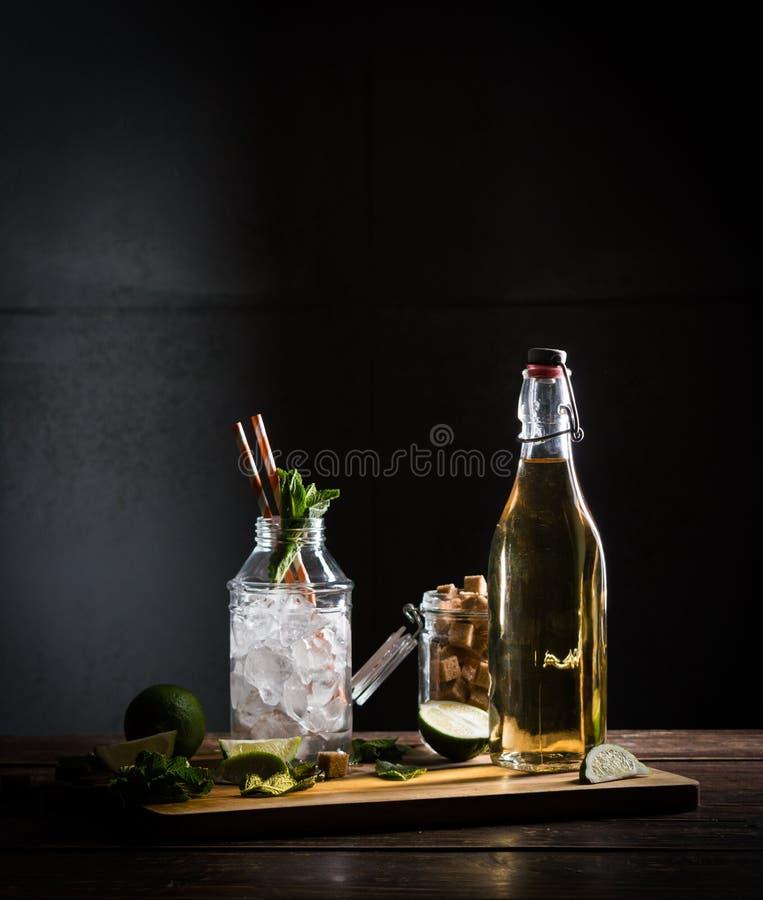 Recept van mojito, glas met ijs stock foto's