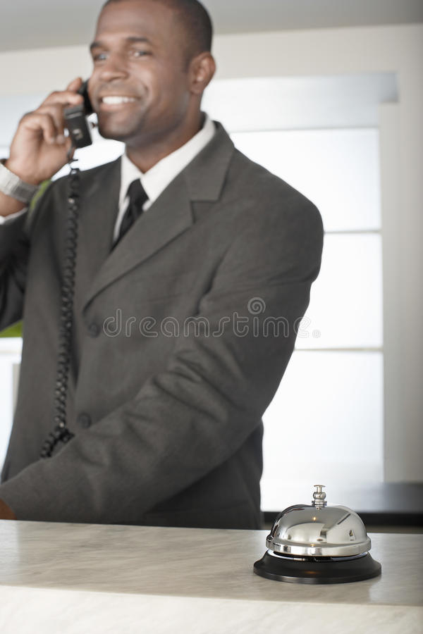 Receptionist Bell di On Call With dell'uomo d'affari fotografia stock libera da diritti