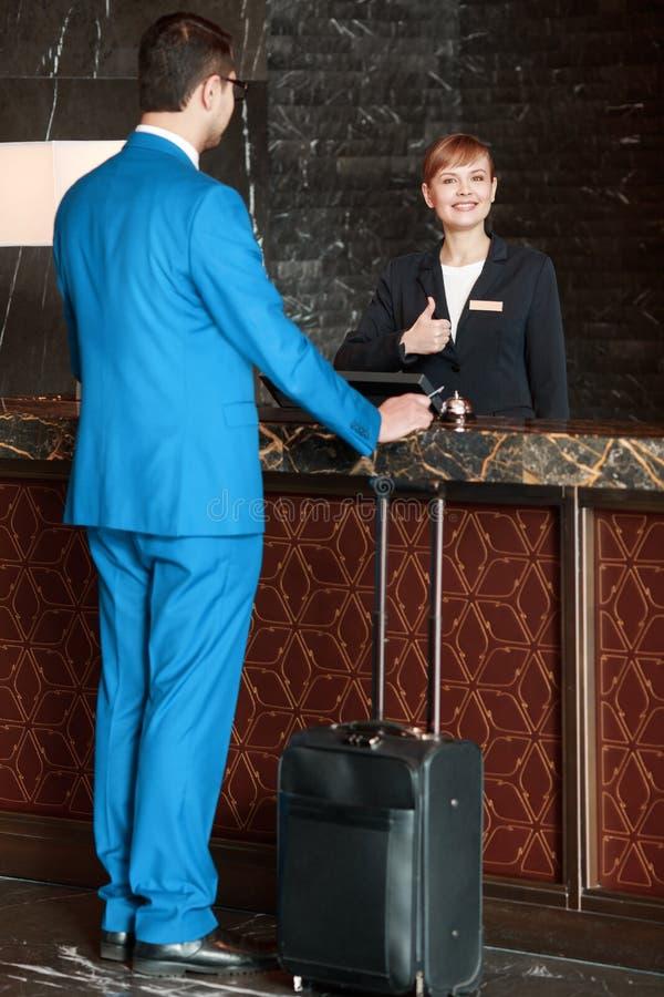 Receptionist på arbete bak räknaren arkivfoton