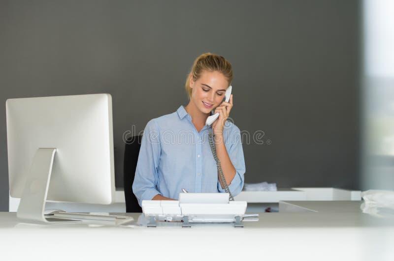 Receptionist på telefonen royaltyfri fotografi