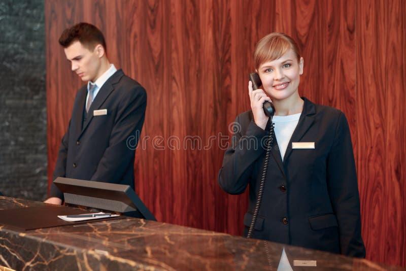 Receptionist som svarar appellen arkivfoto