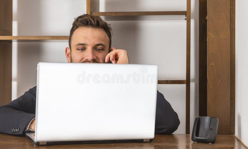Receptionist sul telefono fotografie stock libere da diritti