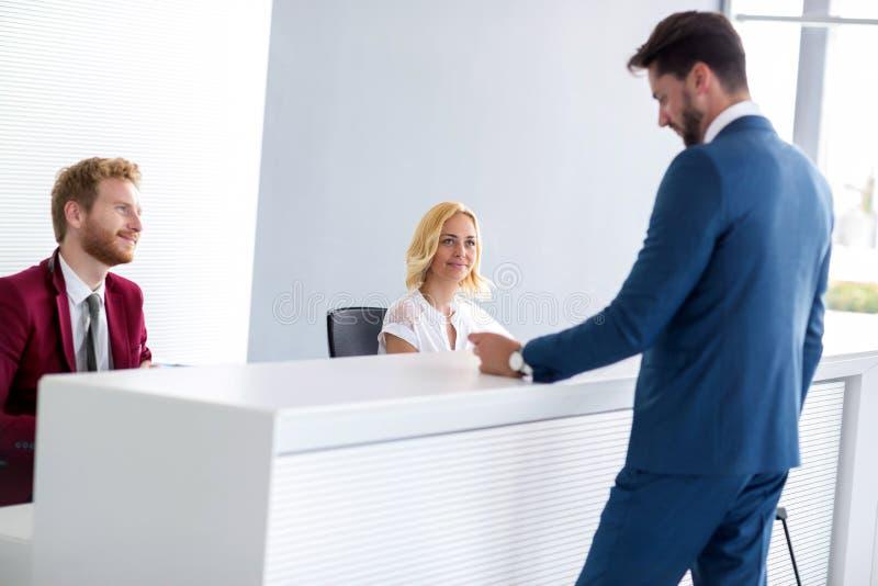 Receptionister deltar i passageraren arkivfoton