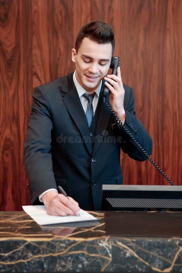 Receptionnist die de vraag beantwoorden stock afbeelding