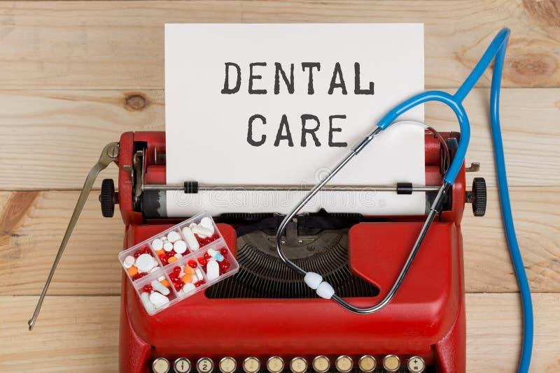 Receptmedicin eller medicinsk diagnos - doktorsarbetsplats med stetoskopet, piller, skrivmaskin med texttandvård arkivbild