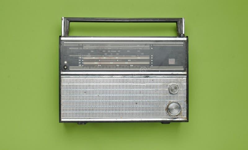 Receptor de radio retro obsoleto en un fondo en colores pastel verde fotos de archivo