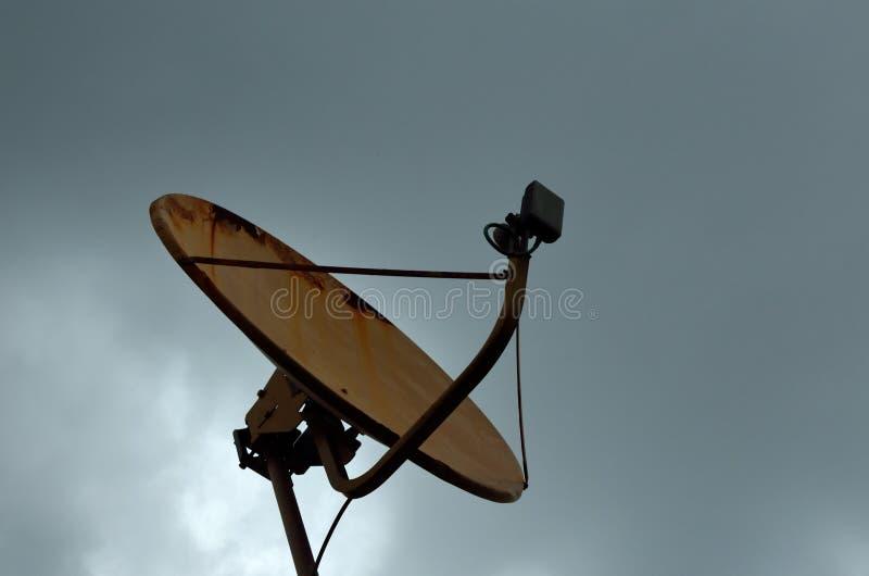 Receptor de satélite sob o céu imagem de stock royalty free