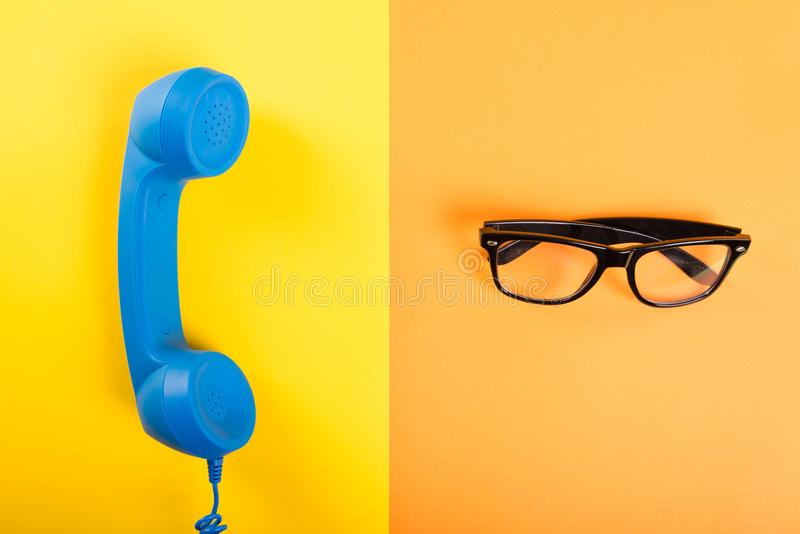 Receptor de telefone e pares de vidros pretos imagens de stock