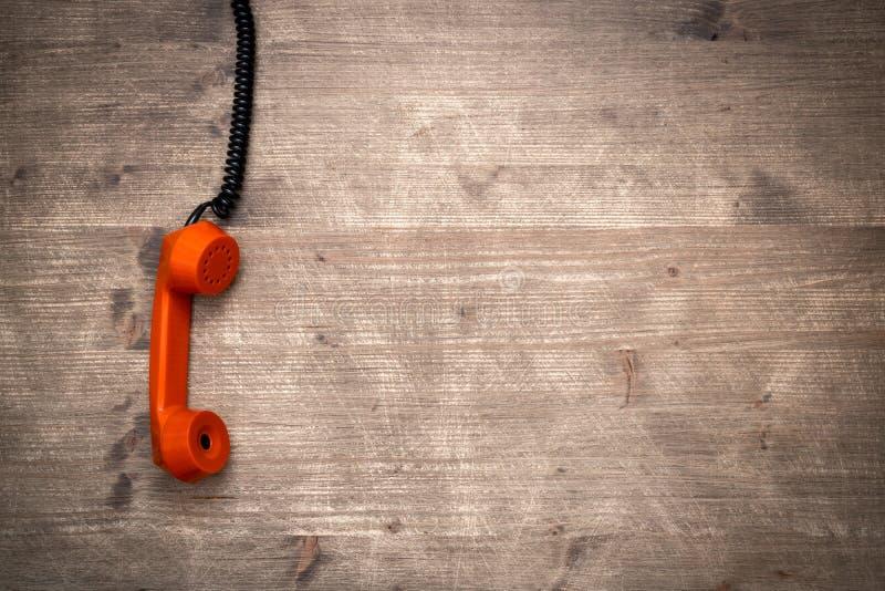 Receptor del teléfono que cuelga abajo en un cordón imagenes de archivo