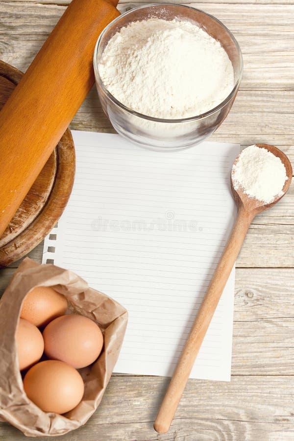 Receptpappers- och bakningkakaingredienser royaltyfria foton