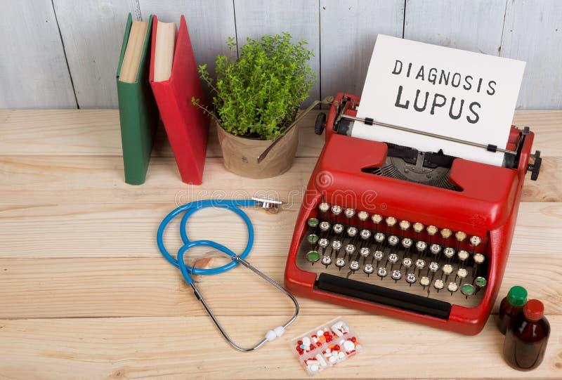 Recepturowa medycyna lub medyczna diagnoza - doktorska miejsce pracy z stetoskopem, pigułki, maszyna do pisania z tekst diagnozy  fotografia royalty free