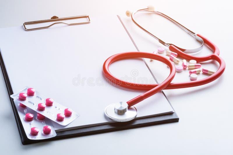 Recepturowy Medyczny, medycyna stetoskop, i pigułki, strzykawka, i zdjęcia royalty free