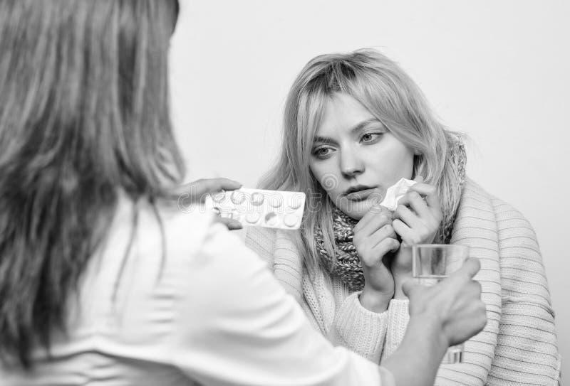 Recepturowym tylko Lekarz medycyny egzamininuje pacjenta Doktorska odwiedza niezdrowa kobieta w domu Pocz?tkowej opieki lekarka obrazy stock