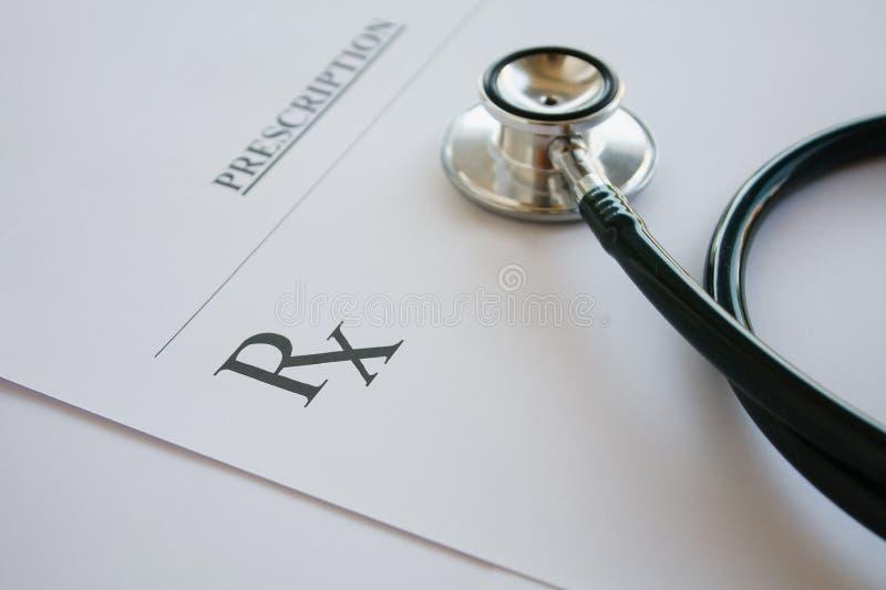 Recepty formularzowy lying on the beach na stole z stetoskopem obraz stock