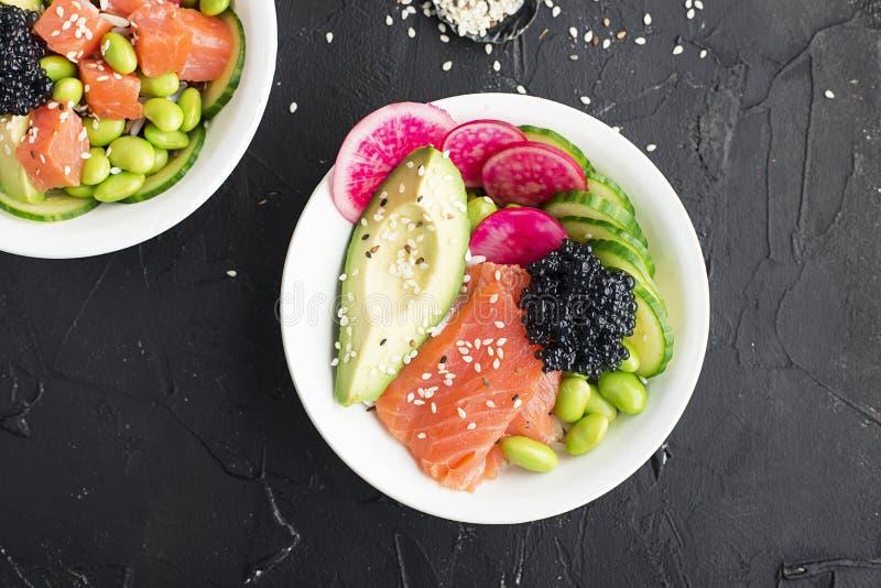 Receta fresca de los mariscos Cuenco del empuje de los salmones y del caviar con la gamba fresca, arroz moreno, pepino, cebolla d imagenes de archivo