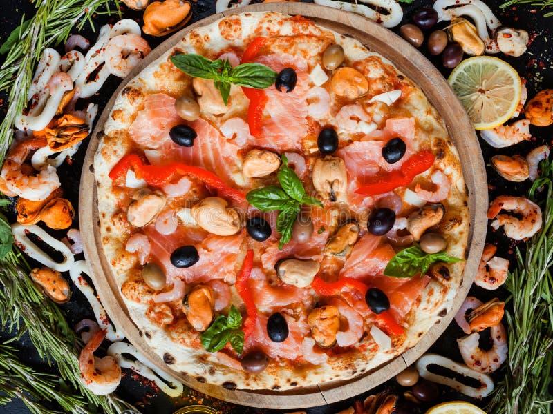 Receta hecha en casa verde oliva de los mariscos mediterráneos de la pizza imágenes de archivo libres de regalías